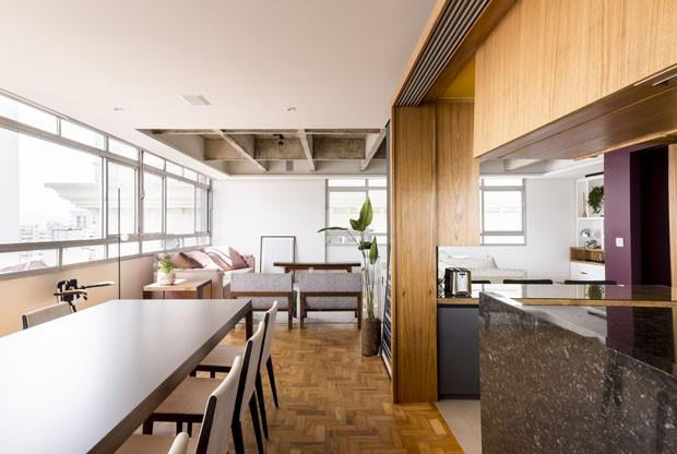 Cores vivas e concreto aparente atualizam apartamento de 1950 (Foto: Ricardo Bassetti/ Divulgação)