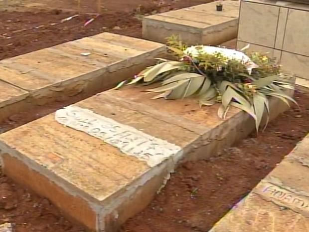 Enterro foi feito por parentes em Maracaí (Foto: Reprodução / TV TEM)