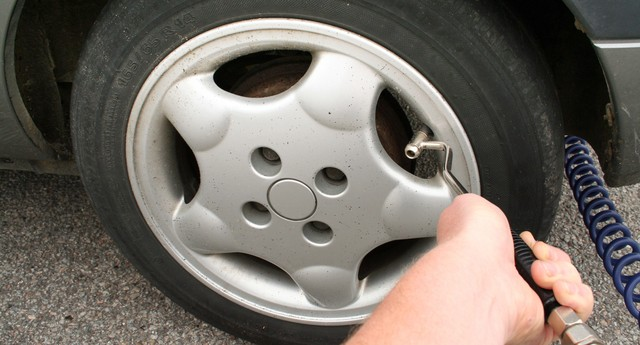 pump or inflate car tyre. checking weel pressure  (Foto: Getty Images/Hemera)
