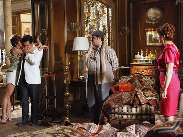 Aisha agradece ao pai e Berna não esconde seu descontentamento  (Foto: Salve Jorge/TV Globo)