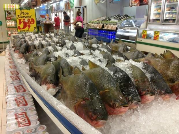 Tambaqui fresco no supermercado é exposto em um barco  (Foto: Ivanete Damasceno / G1)