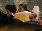 Milena Toscano beija o namorado durante jantar no Rio