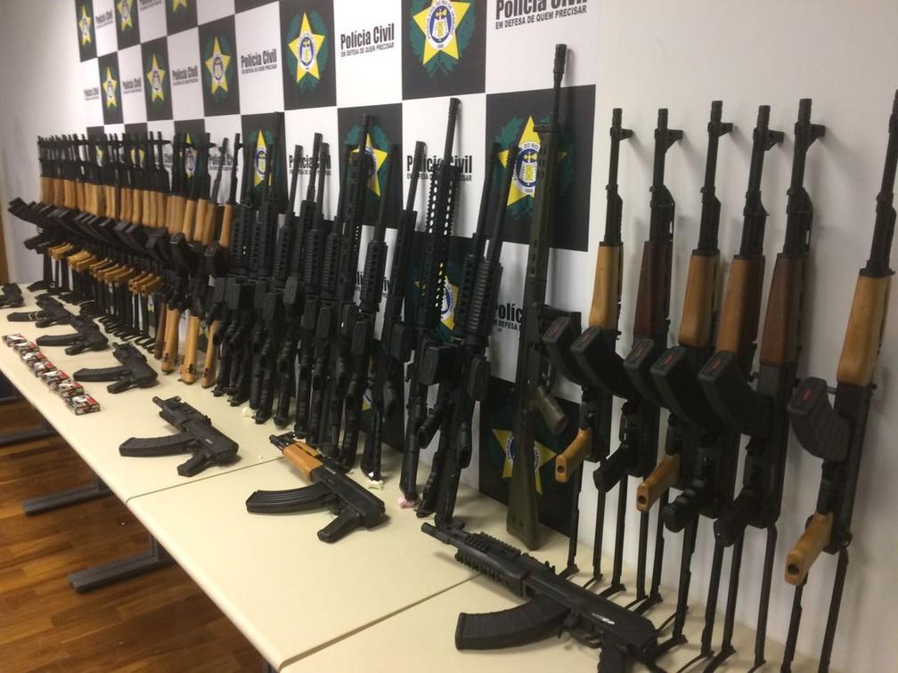 Fuzis apreendidos pela Polícia do Rio são apresentados (Foto: Alessandro Ferreira/G1)