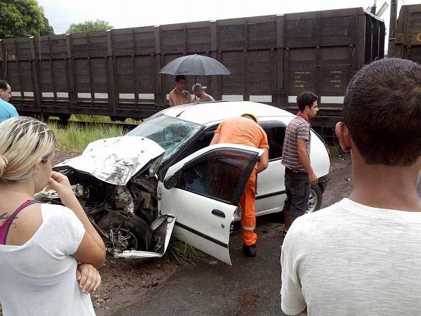 Veículo ultrapassou linha férrea e teve a parte dianteira destruída (Foto: Timotio Vieira/Divulgação)
