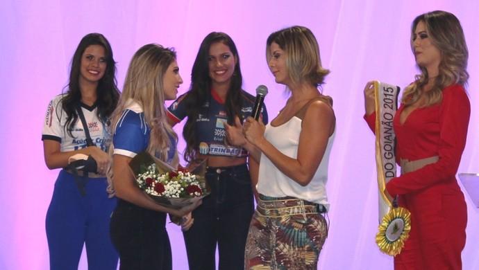 Audilâni Martins recebe a faixa de Musa do Goianão 2015 (Foto: Fernando Vasconcelos / Globoesporte.com)