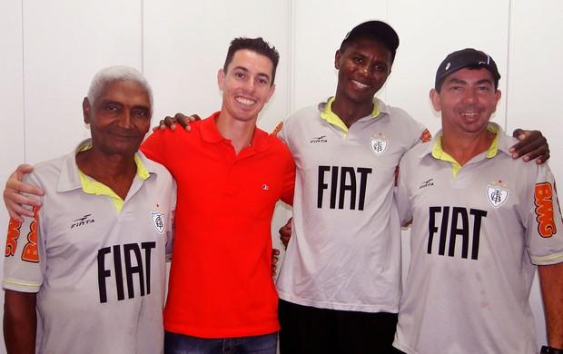Alessandro, do América-MG, com roupeiros e massagista.  (Foto: Ana Paula Moreira / Globoesporte.com)