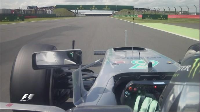 Nico Rosberg recebe ajuda da Mercedes para consertar resolver na Inglaterra (Foto: Divulgação)