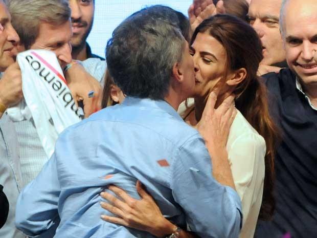 Macri beija sua mulher Juliana (Foto: Cambiemos / via AFP Photo)