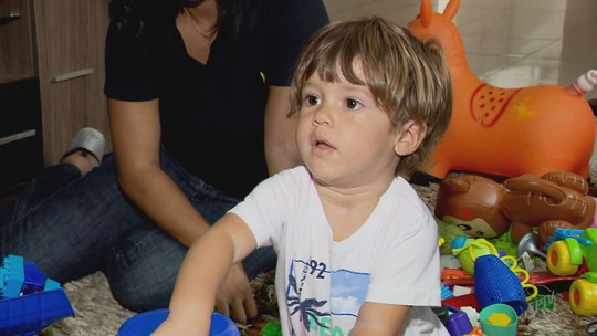 Menino de 1 ano é atropelado por carro e sai ileso em MG; veja vídeo