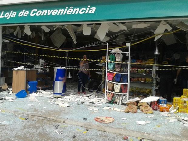 Suspeitos tentaram explodir caixas eletrônicos de loja de conveniência em posto de gasolina (Foto: Leandro Aguiar / TV Globo)