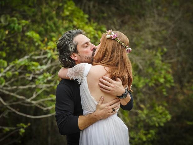 Zé e Isis selam união com beijo de cinema! (Foto: Alex Carvalho/TV Globo)