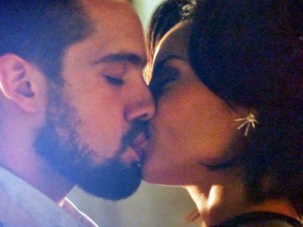 Clima esquenta e Maria Clara e Vicente se beijam (Foto: TV Globo)