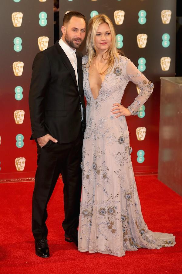 A atriz Julia Stiles com o marido (Foto: Getty Images)