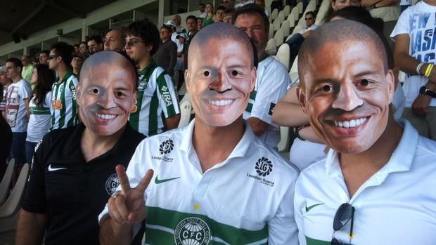 Torcedores do Coritiba com máscaras do Alex (Foto: Gabriel Hamilko )