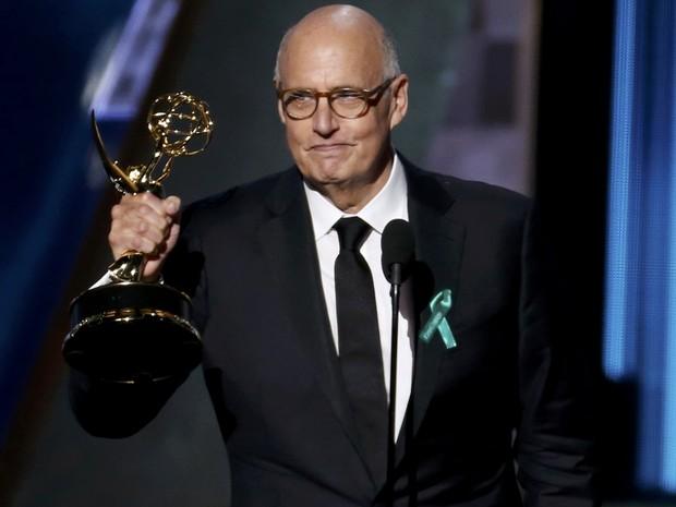 Jeffrey Tambor recebe prêmio de melhor ator em série de comédia por 'Transparent' (Foto: REUTERS/Lucy Nicholson)