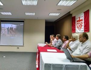 Vídeo da obra no CT do CRB é mostrado durante aclamação (Foto: Paulo Victor Malta/GloboEsporte.com)