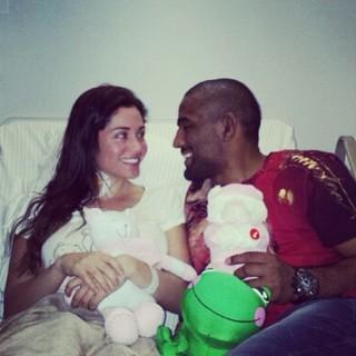 Ex-BBB Maria Melilo com o namorado, Serginho Moraes, em hospital em São Paulo (Foto: Instagram/ Reprodução)