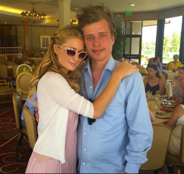 A celebridade Paris Hilton com seu irmão, Conrad Hilton (Foto: Reprodução)