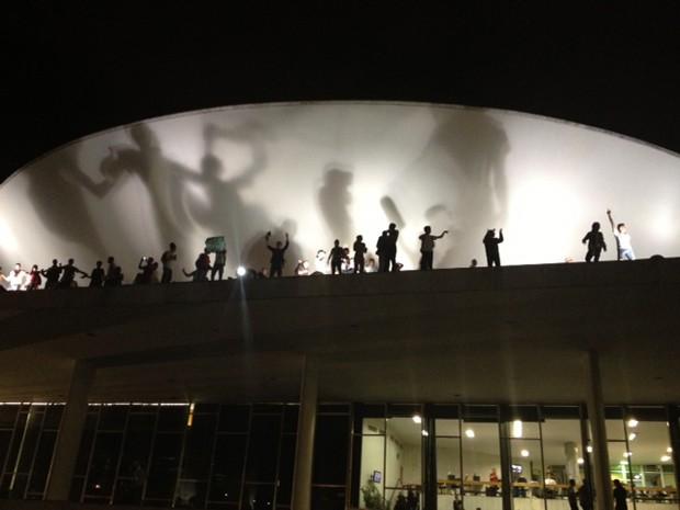 Manifestantes ocupam a cobertura do Congresso Nacional (Foto: Fabiano Costa / G1)