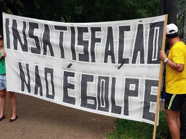 'Insatisfação não é golpe' dizia a faixa na Praça da Liberdade, em Belo Horizonte (Foto: Thaís Pimentel/G1)