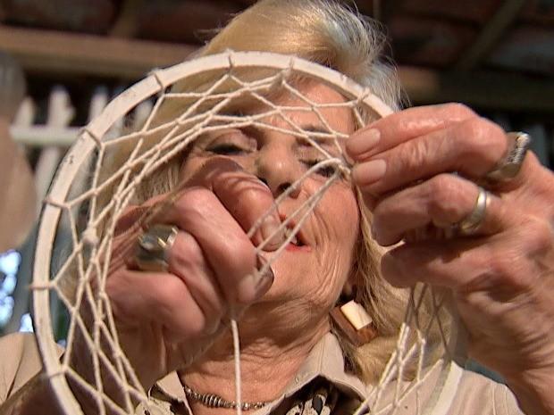 Maria produz em um ateliê, que fica no aconchego da sua própria casa (Foto: Reprodução / TV TEM)