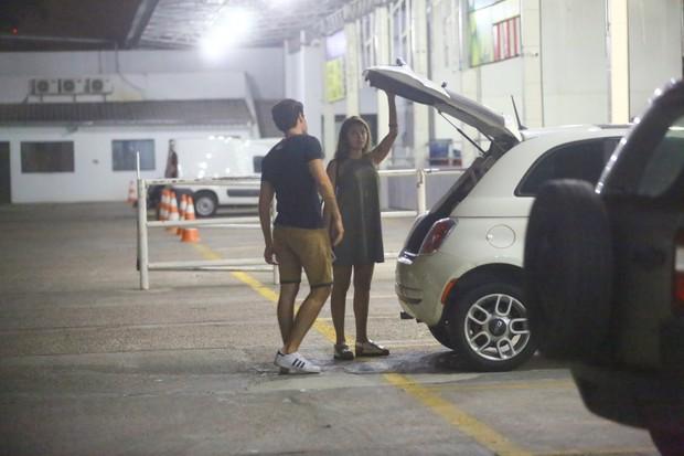 Carolina oliveira com seu namorado novo em Hortifruti no Recreio dos Bandeirantes (Foto: AgNews / AgNews)