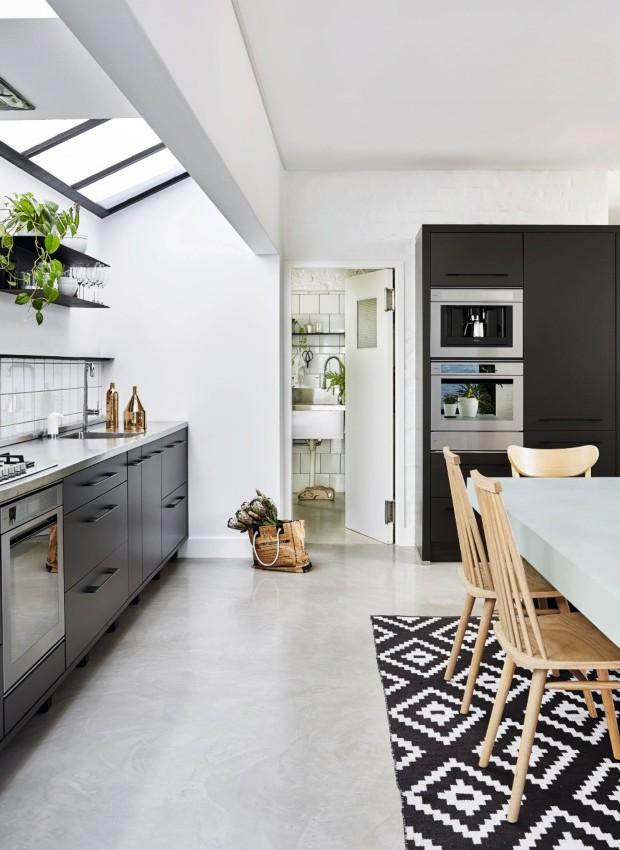 Claraboia. Disposta acima do balcão da cozinha, ela permite que a luz natural envolva as paredes e os armários (Foto: Greg Cox / Bureaux.CO.ZA)