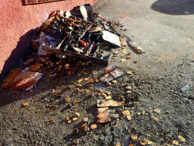 Incêndio causado por bombinha destruiu produtos do comércio (Foto: Josoel Borges/ Itapeva Times)