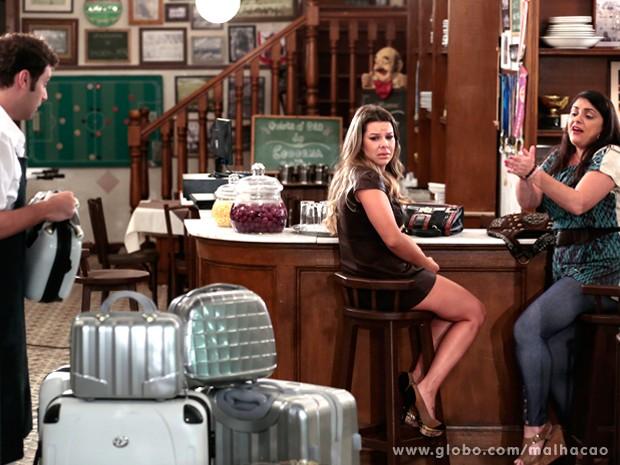 Soraia pede para Omar subir com as malas de Bernardete para o quartinho (Foto: Malhação / TV Globo)