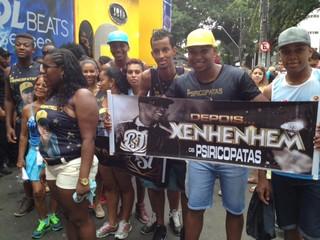 Wesley Almeida, segurando faixa do fã-clube (Foto: EGO)