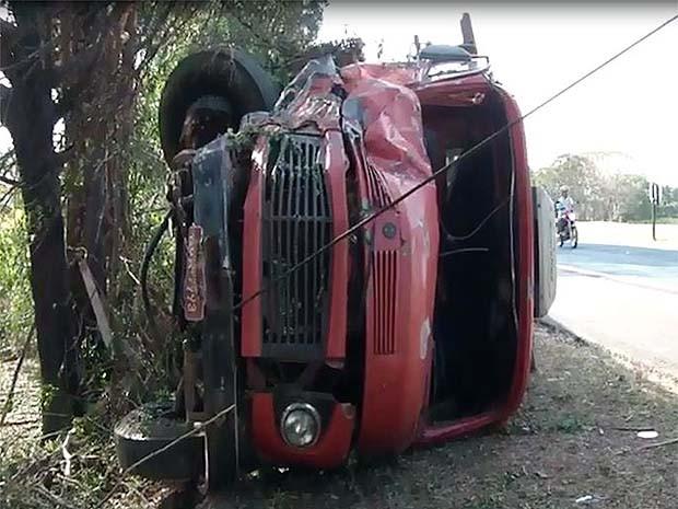Caminhão tomba em Franca após motorista perder controle da direção (Foto: Reprodução EPTV)