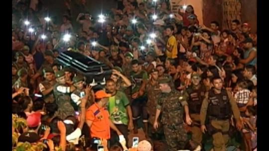 Dor e comoção no velório e enterro de Lucas Gomes, atacante da Chape