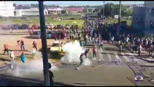Servidores municipais protestam em frente à Câmara de Cachoeirinha