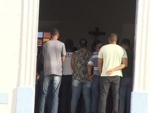 Dezenas de familiares e amigos compareceram à cerimônia (Foto: Reprodução/TV Bahia)