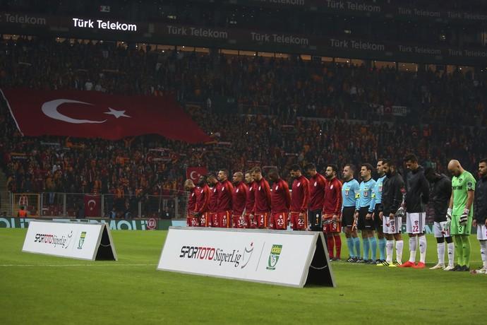 Minuto de silêncio antes do jogo do Galatasaray em homenagem aos policiais mortos em atentado terrorista (Foto: AP)