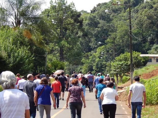 Pessoas seguiram os carros da funerária quase em procissão (Foto: Laion Espíndula/G1)