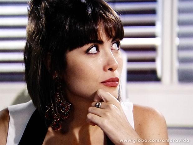 Patrícia sente o naipe da vigarista (Foto: Amor à Vida/TV Globo)