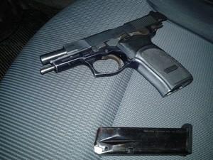 Pistola também foi apreendida na ocorrência (Foto: Divulgação/Polícia Militar)