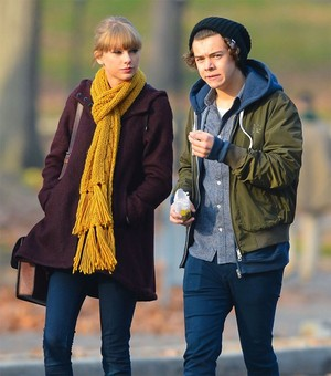 Taylor Swift e Harry Styles passeiam em Nova York (Foto: Grosby Group/ Agência)