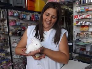 A veterinária alerta sobre cuidados com os coelhos (Foto: Renata Marconi / G1)