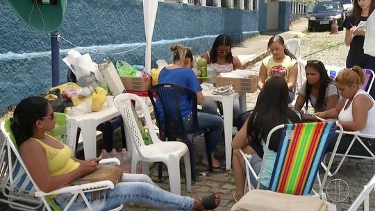 Parentes de PMs deixam porta do 30º Batalhão em Teresópolis, no RJ