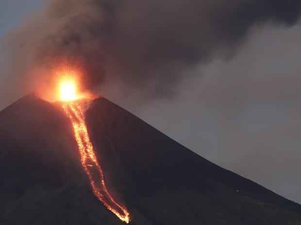 Cinzas cobriram a parte oeste da Nicarágua nesta quarta-feira (2) após a erupção do vulcão Momotombo, que durou horas e expeliu grandes nuvens de gás (Foto: Reuters)