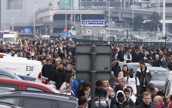 Passageiros e trabalhadores evacuam o edifício onde ocorreram as explosões aeroporto internacional de Zaventem (Foto: EFE/Laurent Dubrule)