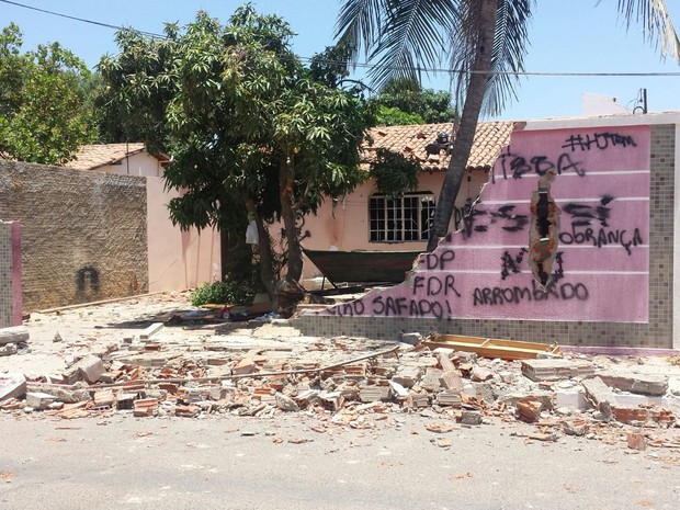 Muro da casa do suspeito foi derrubado (Foto: Jadir Souza/TV Grande Rio)