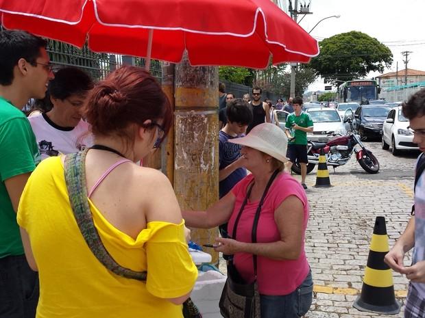 Vendedora Izilda Severino Torresno em frente ao colégio Liceu Nossa Senhora Auxiliadora em Campinas (Foto: Luciano Calafiori/ G1 Campinas)