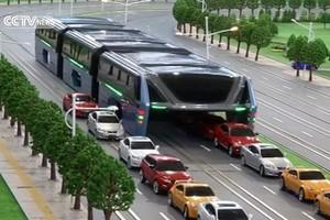 Chineses criam ônibus que passa por cima dos engarrafamentos (Reprodução/CCTV)