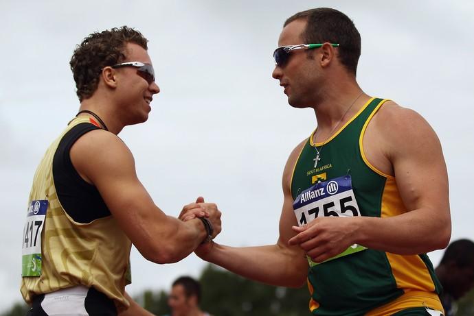 David Behre cumprimenta Oscar Pistorius, no Mundial de Atletismo de Christchurch, em 2011 (Foto: Getty Images)