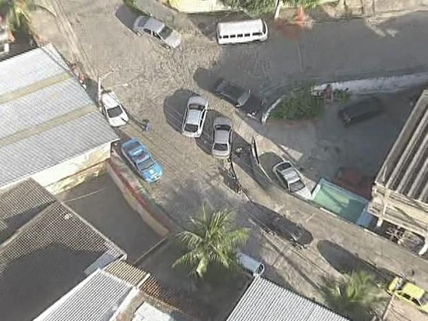 Agentes da Divisão de Homicídios foram para o local na manhã desta terça (Foto: Reprodução / TV Globo)