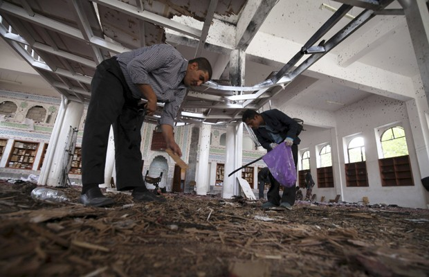 Investigadores analisam cena de bombardeio em mesquita de Sanaa, nesta sexta (10) (Foto: Mohamed al-Sayaghi/Reuters)