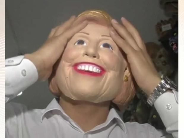 Máscara da democrata Hillary Clinton é fabricana na China (Foto: BBC)